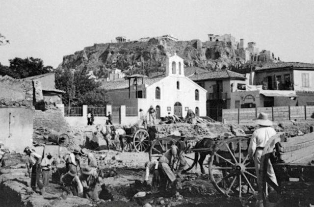 Η πρώτη ασφαλτόστρωση της Αθήνας ήταν και το πρώτο εργολαβικό σκάνδαλο. Αντέδρασαν οι χαμάληδες που κουβαλούσαν τις κυρίες για να μη λασπώνονται. Τότε που πούλαγαν βενζίνη μόνο τα φαρμακεία!...