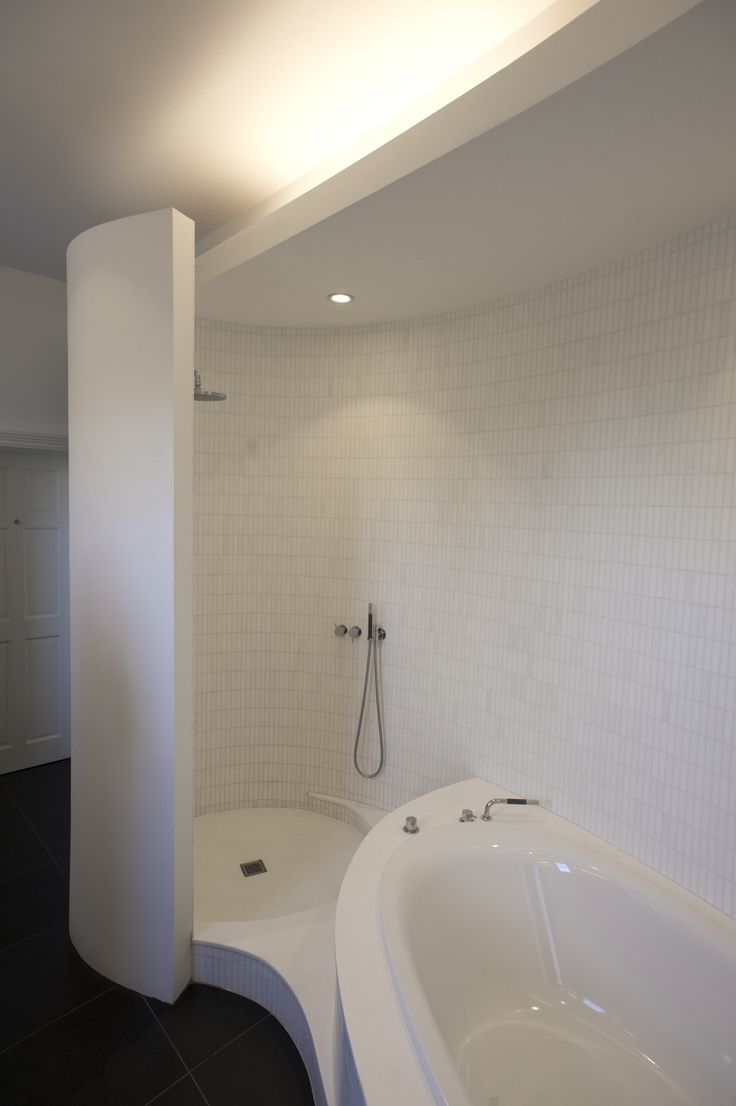 Shower and bathtub organic wall Charles Barclay Architects http://cbarchitects.co.uk
