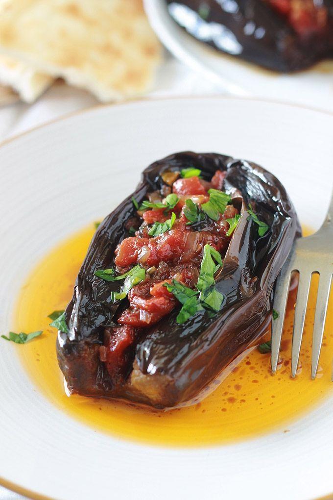 Aubergines farcies végétariennes (Imam Bayildi), délicieuse recette turque. Farce aux légumes sans viande : tomates, oignons, ail, épices et herbes aromatiques.