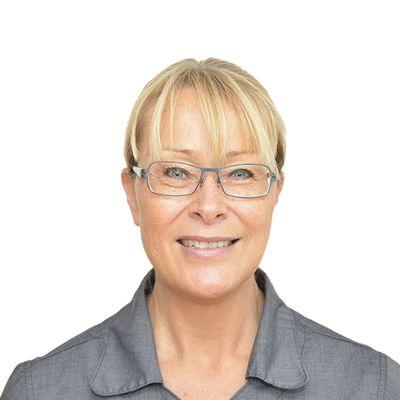Mit navn er Helle Thorning og jeg arbejder som klinikassistent hos Skibby Tandlægehus. Jeg er uddannet i 1987.  Jeg står for al koordination/booking af operationsdage hos vores kæbekirurg, og er derudover også hygiejneansvarlig.  Husk vi har åbent i morgen lørdag fra kl. 9-15 Ring på tlf. 47 52 80 11 eller kontakt os på vores hjemmeside