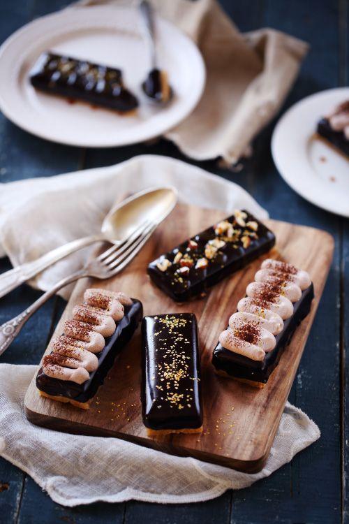 Voici le secret d'une simpletartelette au chocolat transformée en un dessert plus raffiné : le glaçage miroir. La recette de ce glaçage est sur mon blog d