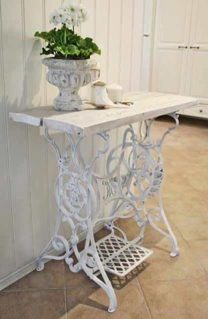 cute vintage sewing machine table and decor incorporated into your sewing room - Table Machine A Coudre