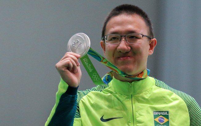 Felipe Wu exibe a medalha de prata do tiro esportivo, a primeira do Brasil nas Olimpíadas. Foto: DIVULGAÇÃO/TIME BRASIL