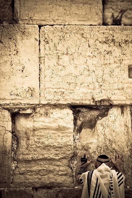 エルサレム旧市街 嘆きの壁を訪れた人々が壁に触れて祈りをささげるため、人の背の高さの壁部分が黒ずんでいる