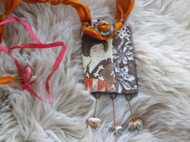 collier splendide pendentif geisha , 5 superbes perles de créateur, soie de sari, perles en céramique: Araki : Collier par chez-lilie-rose