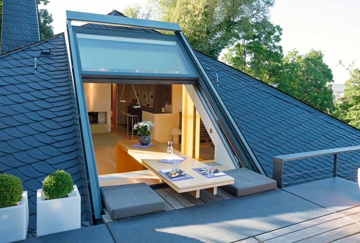 La lucarne OpenAir ouverte permet un accès gratuit à la terrasse sur le toit …