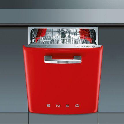 Lave-vaisselle rouge rond de la marque smeg, au style Années 50