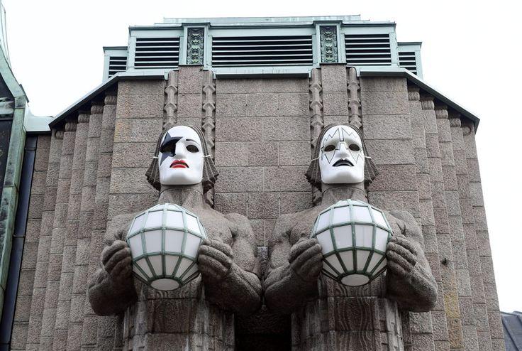 VR on pukenut Rautatieaseman kivimiehille Kiss-yhtyeen kasvonaamiot. Tältä näyttävät miesten uudet ilmeet.