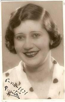Josefina Carabias (Arenas de San Pedro, Ávila, 1908 - Madrid, 1980) fue una abogada, escritora, locutora, corresponsal y periodista española. Precursora de la presencia femenina en el periodismo en  España. Coincidió en la Residencia de estudiantes María de Maeztu, con Concha Mendez entre otras mujeres de la época. Fue partícipe de la intensa vida cultural del momento. Se licenció en derecho en 1930.