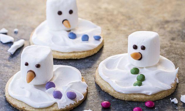 Schmelzende-Schneemänner-Guetzli: Teig: Mehl, Salz, Zucker und Vanillezucker mischen. Butter beifügen, feinkrümelig zerreiben. Mandeln und Rahm beifügen, zu ...