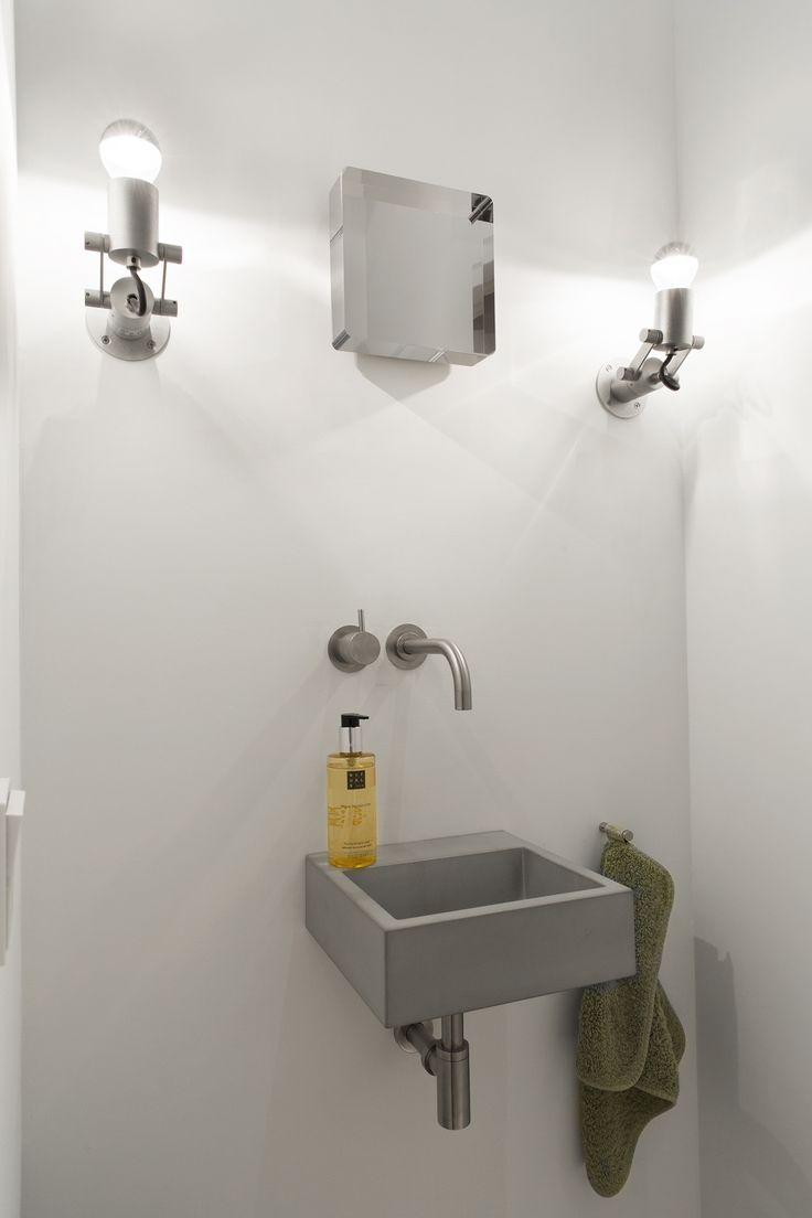 Minimalistische Nomad Minimal Ultra naast de spiegel in de toilet, BNLA architecten ism Studio Nest