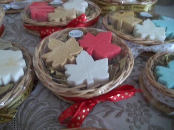 Kiti de Natal com três sabonetes acomodados delicadamente na cesta com palha e papel de seda, finalizado em papel celofane e fita de cetim.  Um presente feito com muito carinho para perfumar o Natal de quem você quer bem.  Consulte-nos opções de aroma,cores e embalagens. R$ 12,00