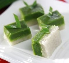 Traditional Indonesian sweets :-P White glutinous rice combined with Pandan-flavoured sweet tapioca pudding --- mmm