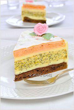 Ciasto o wielowymiarowym smaku różnych składników w blatach.