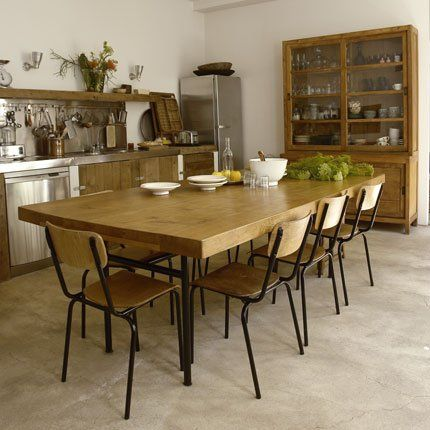 Pour donner à la cuisine un air de campagne, elle a été organisée autour d'une grande table et d'un buffet-vaisselier