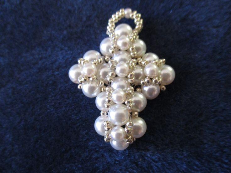 Pendentif croix en perles nacrées blanches : Pendentif par patcreations