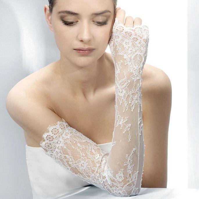 guantes blancos de encaje. foto de noviamor | guantes de encaje