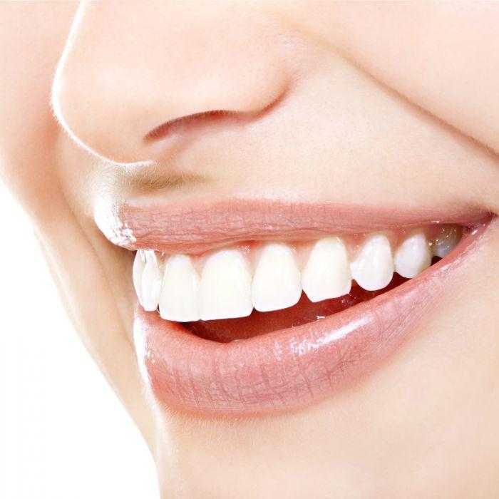 Dit keukenmiddeltje geeft je stralend witte tanden