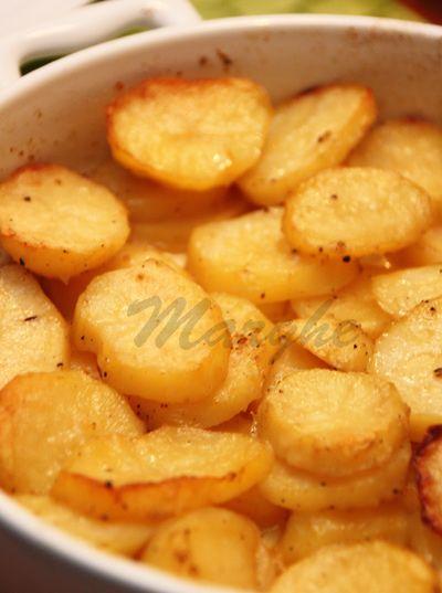 Kilka sporych ziemniaków 1 solidna łyżka masła sól - ja używam grubej spora szczypta chili w proszku Piekarnik rozgrzać do 180 stopni...