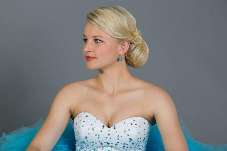 Elegantní drdol od Senior Stylist Jany. Společenský účes z blond vlasů. / Elegant hairstyle for wedding or prom or ball. Blond hair, romantic style.