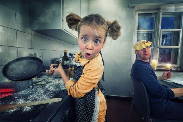 Le photographe Suisse John Wilhelm passionné par le monde de la manipulation numérique livre ici une série dans laquelle ses trois filles sont à l'honneur. Les photos de famille de John Wilhelm