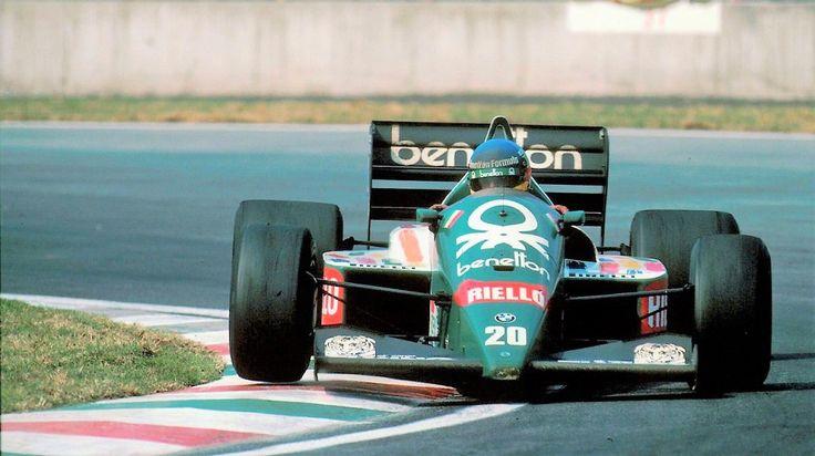 Gerhard Berger приносит первую победу Benetton в Гран-при Мексики 1986. Первый гоночный автомобиль Benetton B186 с турбо-двигателем #BMW сразу показал хорошие результаты, завоевав шестое место в Кубке Конструкторов #BenettonF1 #f1 #MexicoGP