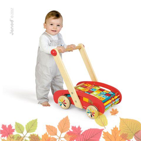 Drevené chodítko s počítadlom a 30 kockami s číslami a abecedou je skvelá hračka, ktorá dieťa podporí dieťa pri jeho prvých krôčikoch, ale tiež poslúži dieťaťu pri učení sa prvých slov a číslic. Nájdete ho tu: http://bit.ly/1YP2pMl. Páči sa vám? Krásne drevené hračky Janod si môžete prezrieť v našej ponuke tu: http://bit.ly/1QLn91D.