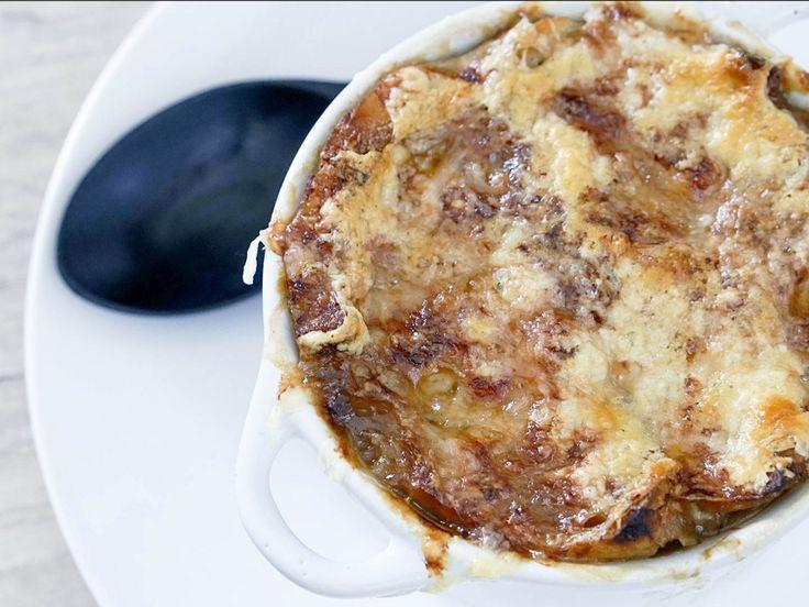 寒い季節にぴったりなオニオングラタンスープのレシピの紹介です。 この季節になってくるとパリのカフェのテラス席でオニオングラタンスープを食べている方をよく目にします。