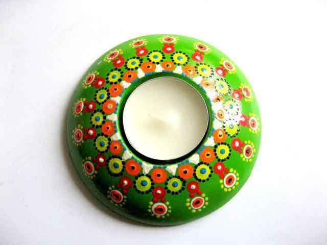 #Floricele #colorate si diverse #inflorituri pe #fundal #verde, #suport #lumanare si lumanare. #Culori: #rosu, #alb, #galben, #vernil, #albastru, #negru si #portocaliu. Suport de lumanare din #ipsos, #pictat #manual cu #acuarele #acrilice si #lacuit cu #lac #ecologic pe baza de #apa. http://handmade.luxdesign28.ro/produs/floricele-colorate-si-diverse-inflorituri-suport-lumanare-si-lumanare-29626/