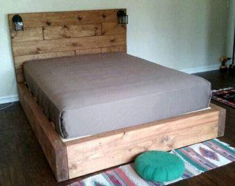 Vente! 20 % de rabais sur nos têtes de lit et lits flottants seulement à février. S'il vous plaît utilisez le code coupon Sale20 lors de l'achat. Voici notre nouveau cadre de lit de plate-forme flottante. Il a un design simple qui rassemble rustique et moderne. Il y a une corniche surplombante que votre matelas sera assis à lintérieur. Le rebord de la mesure 7,5 pouces de large. Construit en lamelles, remplacer le besoin dun sommier à ressorts. Il y a des petits pieds, Elevez le cadre 2…