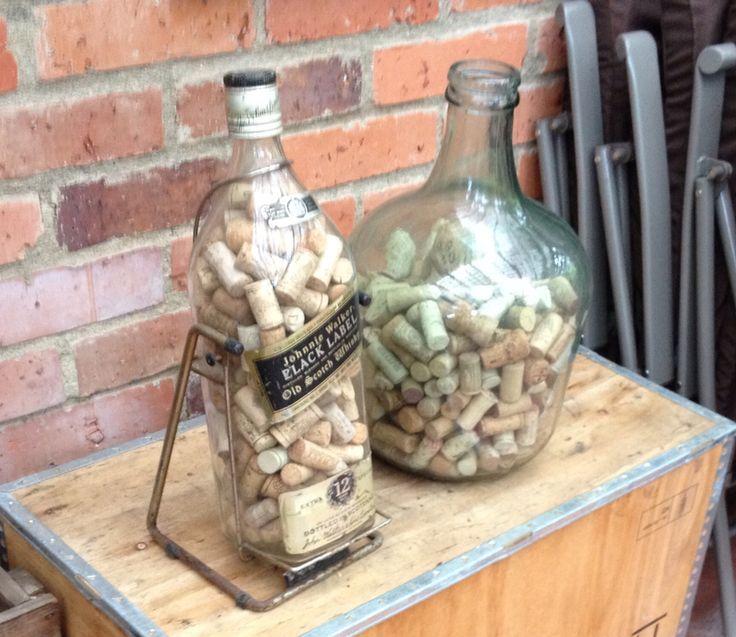 Corchos en botellas.