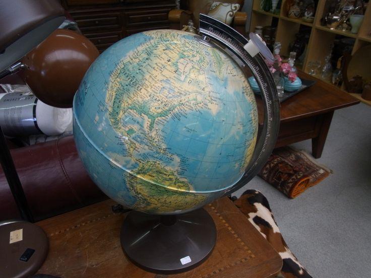 Wereldbol met verlichting en vergrootglas. Leuke aanwinst voor in je huis of voor je aankomende wereldreis. Prijs € 12.50.