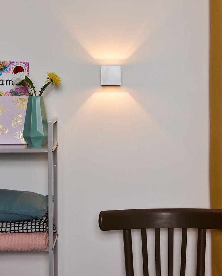 Devi er en enkel og delikat vegglampe fra Lucide som sprer lyset vakkert opp- og nedover i timeglassfasong. Den er produsert i aluminium med satinert krom eller hvit utførelse. Elsket av arkitekter og ofte brukt på grove murvegger for et røft uttrykk!