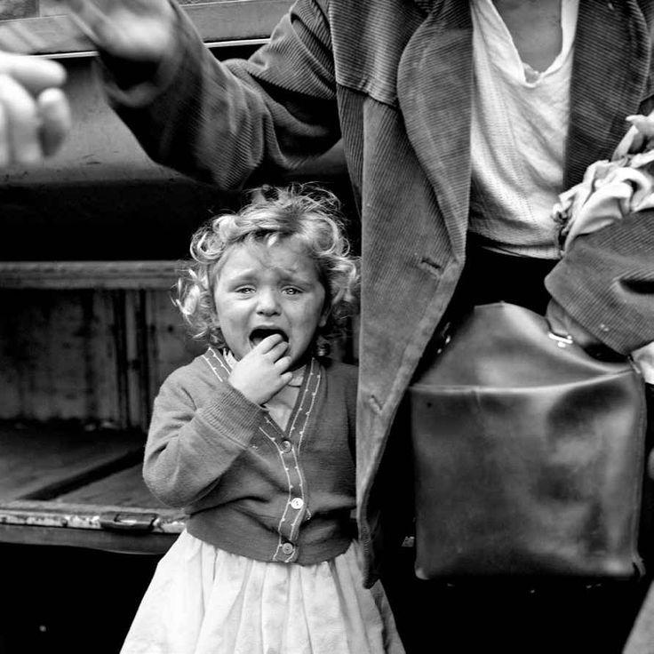 Vivian Maier in mostra a Roma: una fotografa ritrovata La mostra presenta 120 fotografie in bianco e nero realizzate tra gli anni Cinquanta e Sessanta insieme a una selezione di immagini a colori scattate negli anni Settanta, oltre ad alcuni filmati in s #roma #mostra #fotografia