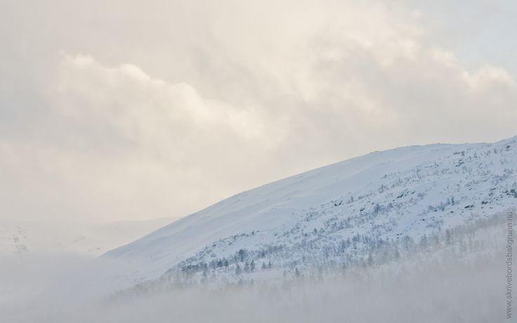 Skrivebordsbakgrunn: Tåkete fjell / Cloudy Mountain