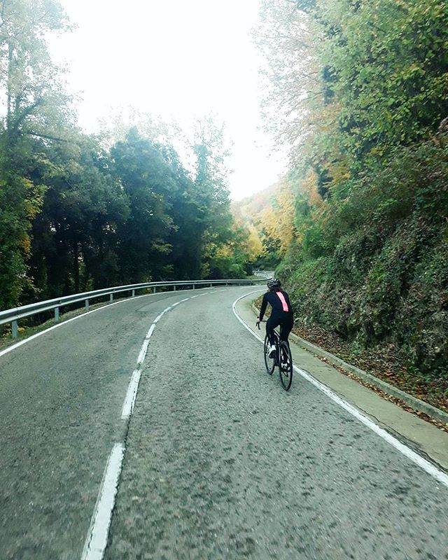 Battery re-charge! Reposting @amylaurenjones: 3h in the autumn sun today ☀ to end an extremely tiring week of non stop general hectic-ness. . #cycling #womenscycling #fromwhereiride #outsideisfree #cyclinglife #cyclingphotos #girlswhoride #cyclingimages #bici #ciclismo #ciclista