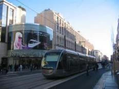 A deux pas du futur site multimodal de la gare Nice Thiers qui accueillera 11 millions de passagers, les TGV vers Paris et l'Italie ainsi que 20 000 M2 de bureaux;hôtels,commerces et restaurants, investissez vous aussi dans ce quartier à l'avenir assuré.A votre porte, vous trouvez, bus, tramway,SNCF, liaison direct vers le port de Nice ou l'aéroport en bus ou tramway.Tous les commerces et restaurants sont à deux pas de ce quartier cosmopolite et la célèbre avenue ...