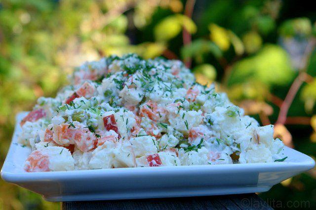 La ensalada rusa es una ensalada de papas con verduras y mayonesa muy popular en los países de Latinoamérica y Europa. Es perfecta para acompañar platillos de carne y parrilladas.
