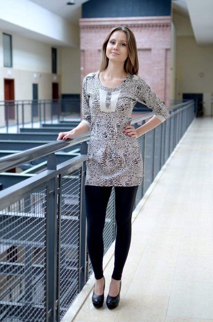 Sukienka z  długim rękawem i ozdobnym guzikiem. Oryginalnie zapakowana z kompletem metek, wykonana z najlepszych materiałów. Modny design i niepowtarzalny wygląd, doskonała do licznych stylizacji na każdą okazję.