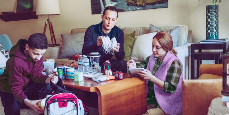 Una familia preparando suministros de emergencia