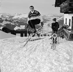 Toni Sailer als Skilehrer. Photographie von Leo Hajek. 1964. ©IMAGNO