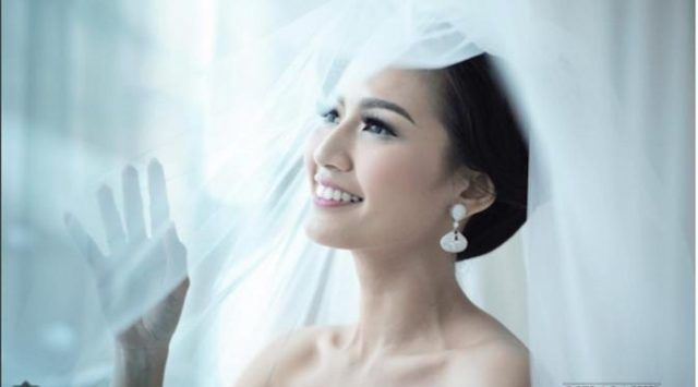 Jakarta, Obsessionnews.com – Artis dan pembawa acara Asty Ananta resmi menjadi istri pengusaha keturunan Tionghoa bernama Hendra Suyanto. Mereka melaksanakan resepsi pernikahan di Nusa Dua, Bali, Ming