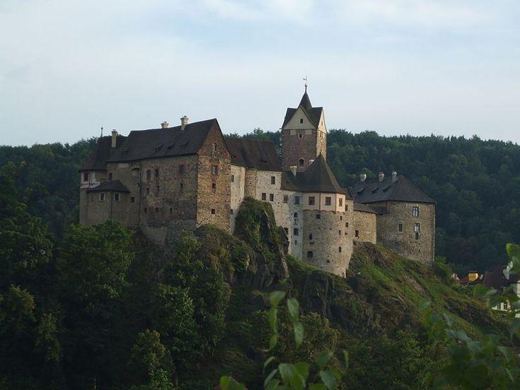 Loket es un pueblo de unos 3000 hab. en el Distrito de Sokolov, en la Región de Karlovy Vary, en la República Checa. Loket quiere decir 'codo', debido a que el centro del pueblo está rodeado por el río Ohře, dando lugar a una forma de codo. El centro está configurado por el Castillo de Loket, un castillo gótico del siglo XII. El centro del pueblo es monumento nacional, y como tal, está protegido de cualquier desarrollo moderno.