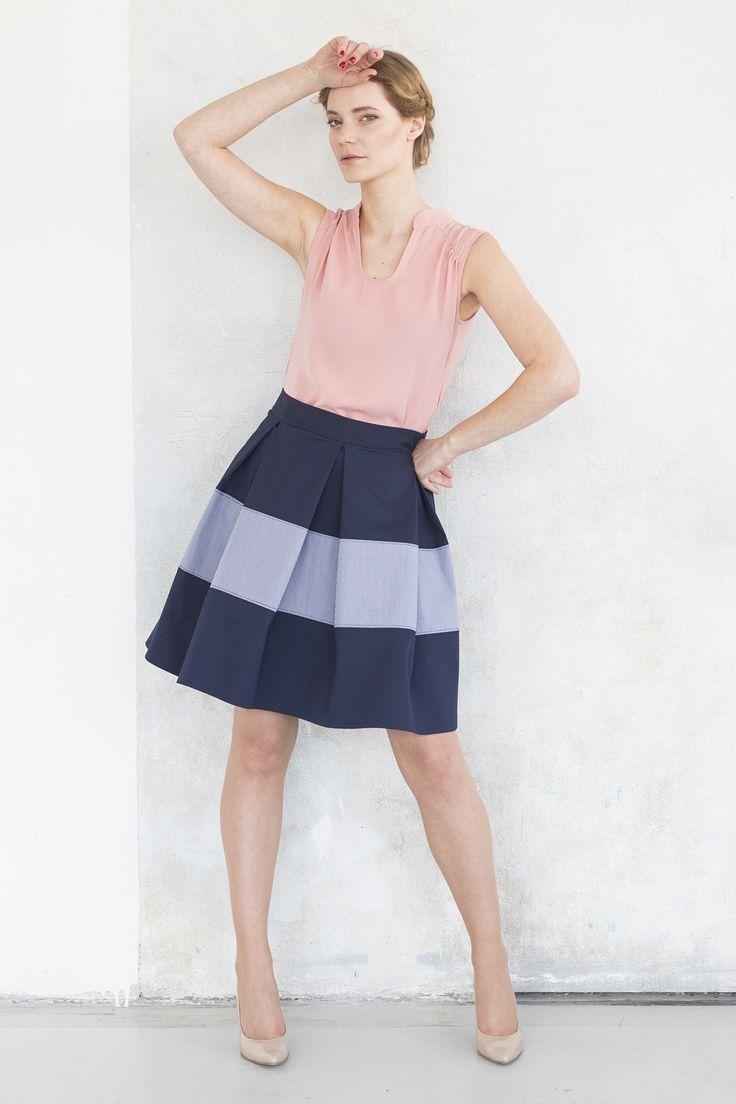 Sukně se sklady Sukně se sklady z kolekce S/S15 Sukně je tvořená sklady, díky celopodšití krásně dří bohatý tvar. Detail : vložený pruj jemné košilové kostky. Materiál: 80%bavlna, 20% elastan Veliokst : 36, 38, 40 Při objednávce, prosím specifikujte velikost.
