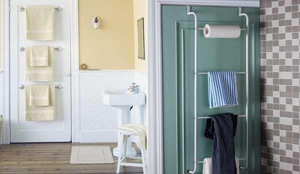 Utilisez l'intérieur de la porte pour un porte-serviettes