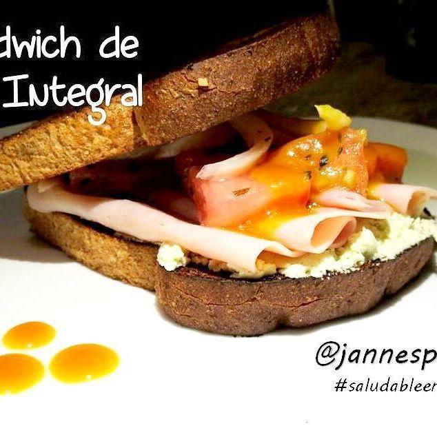 """Nunca dejes de Desayunar... el desayuno es la comida mas importante del día. Venimos de un sueño reparador y lo que necesitamos en la mañana es energía. Además, si no desayunamos ocurren una serie de alteraciones en nuestro organismo.#desayunasiempre!  Este#inventome quedo de un#rico.. """"con lo que había en la nevera"""" se llama jajaja #Panintegralcon #quesodecabra #ensaladade#tomate#cebollay #orégano#jamón#aderezode #mielmostazay me falto fue ponerle alfalfa pero no tenia…"""