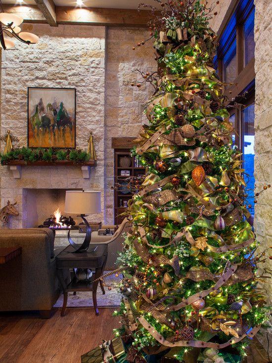 Decoração de Natal com árvore e luz pisca-pisca.  Fotografia: http://www.decorfacil.com