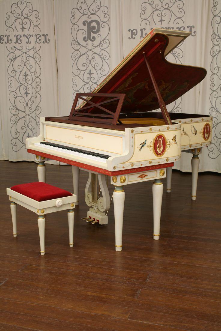 Vue 3/4 avec clavier ouvert du piano Pleyel unique Style Directoire. (View 3/4 with keyboard open the Pleyel piano unique Directoire style)