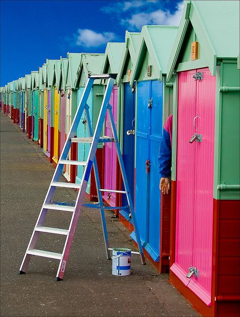 Beach Huts in Hove, UK by Nick Devenish, via Flickr Version Voyages, www.versionvoyages.fr