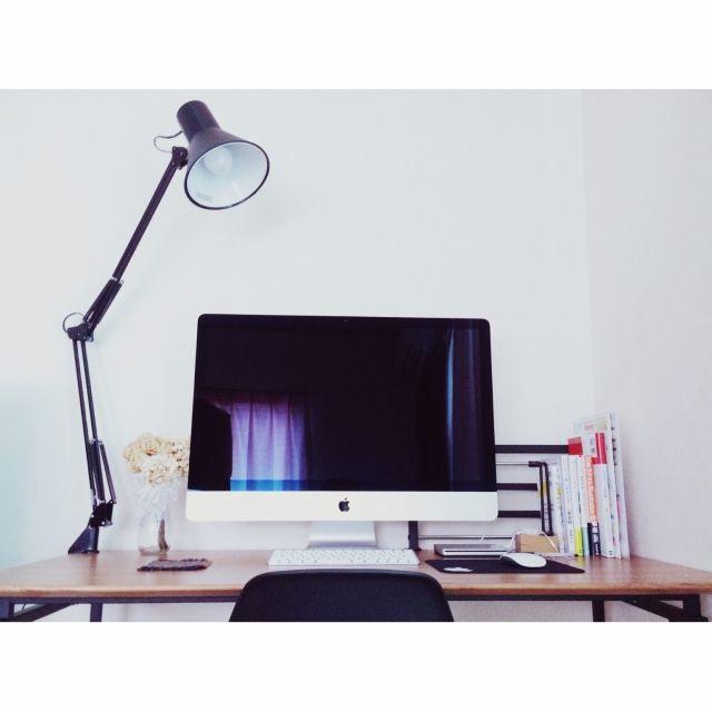 mcamさんの、机,PCデスク周り,照明,Macのある部屋,Mac,北欧,デスクライト,ドライフラワー,デスク,iMac,男前,イームズチェア,山田照明,のお部屋写真